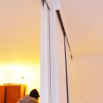 A tu konstrukcja drzwi pod sufitem. Większe skrzydło chowa się w ścianę - mniejsze na ścianę.