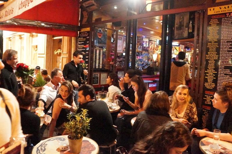 Uwielbiam nocne życie Paryża i klimat tych knajpek. Gwarno, tłoczno, ogródkowo.