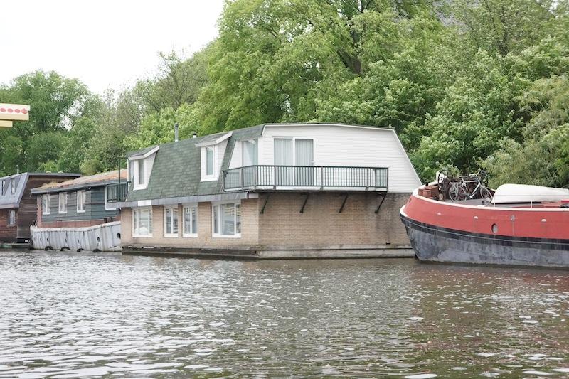Domy na wodzie. Parkujesz sobie w kanale, podpinasz się pod prąd i kanalizację i tak sobie mieszkasz nad wodą. No bajka!