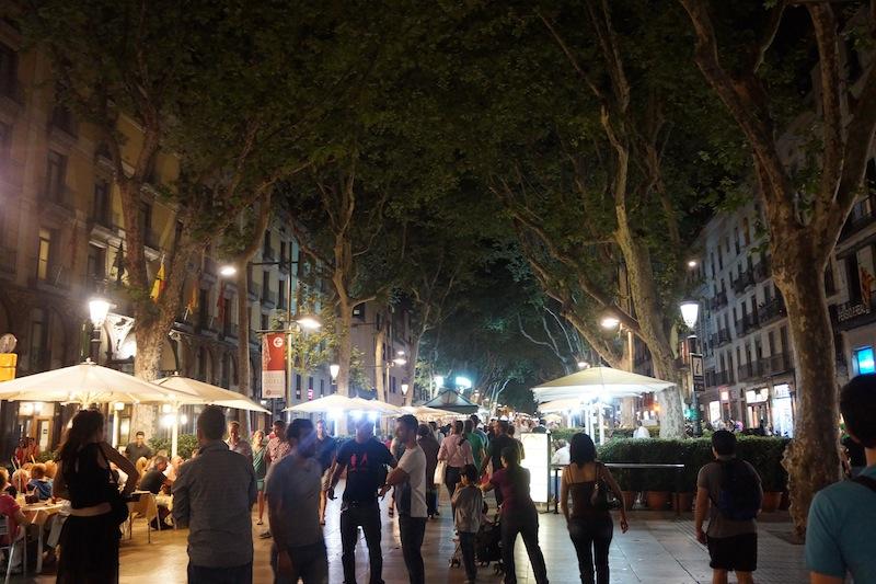 A to już Barcelona nocą. Tłumy turystów na jednym z głównych deptaków. Na szczeście wszyscy byliśmy zgodni, by stamtąd uciec.