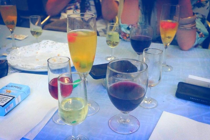 """Zanim zdążyłyśmy skończyć naszą sangrię, ludzie ze stolików obok stawiali nam kolejne drinki a potem dostałyśmy kolejne """"on the house"""". No nie dało się stamtąd wyjść. :)"""