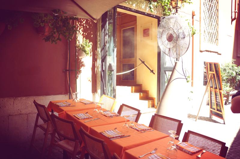 A tu genialny wynalazek. W Rzymie, gdy temperatura w cieniu wynosi 35'`C naprawdę trudno wysiedzieć w ogródku kawiarnianym. Stąd zwyczaj siesty i zamkniętych za dnia restauracji. Stąd też patent na wiatrak, który dodatkowo rozpyla wodną mgiełkę.