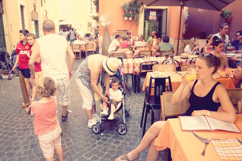 Rodzinny obiad w restauracji to zupełnie normalny, codzienny zwyczaj. Dzieciaki walczące drewnianymi mieczami, dziadkowie plotkujący z ciotkami. Fantastyczny klimat.
