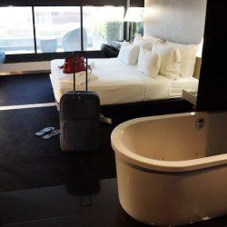 Czarno-biały pokój z otwartą łazienką w portugalskim hotelu