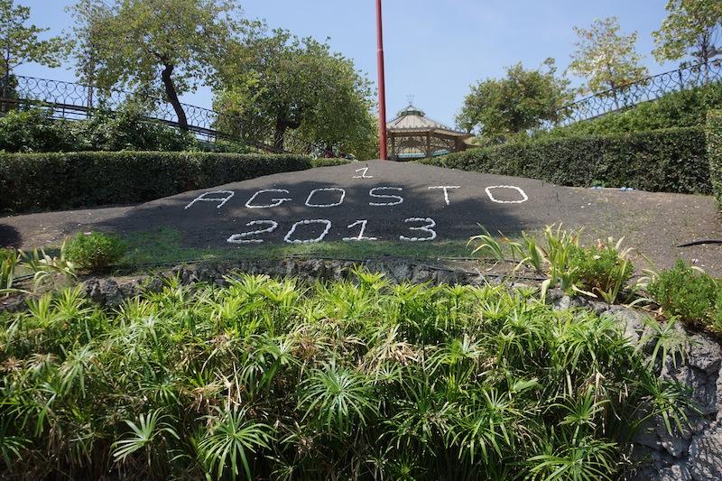 A to już ogród botaniczny w Katanii. W jego centrum: data na bieżąco układana z  kamyczków.