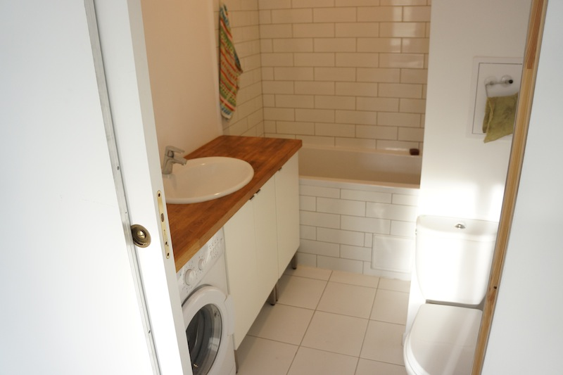 Maleńka łazienka z dworcowymi kafelkami - i jeszcze bez zasłony prysznicowej, bo nie mogę znaleźć żadnej ładnej. Macie jakieś pomysły?
