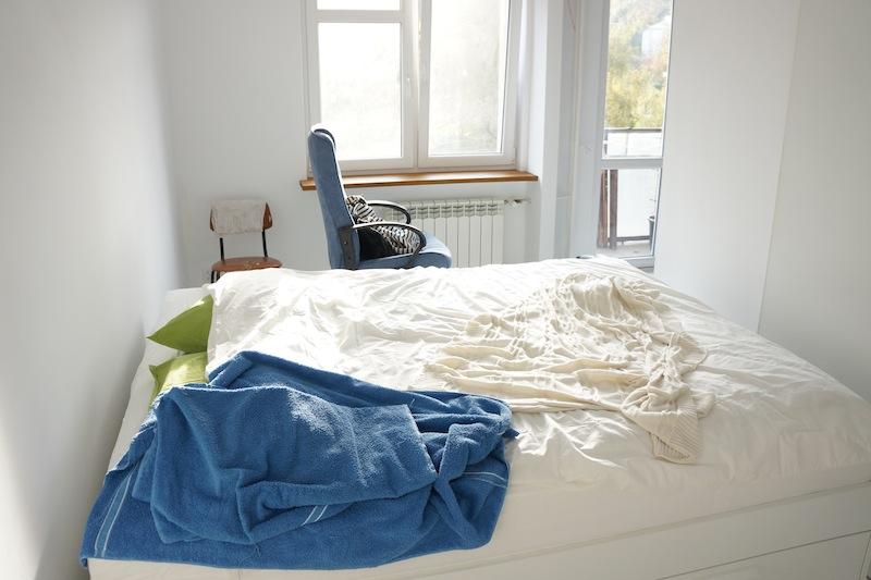 Sypialnia po pierwszym użyciu. Jeszcze nie ma nawet tymczasowego biurka pod oknem z lewej.