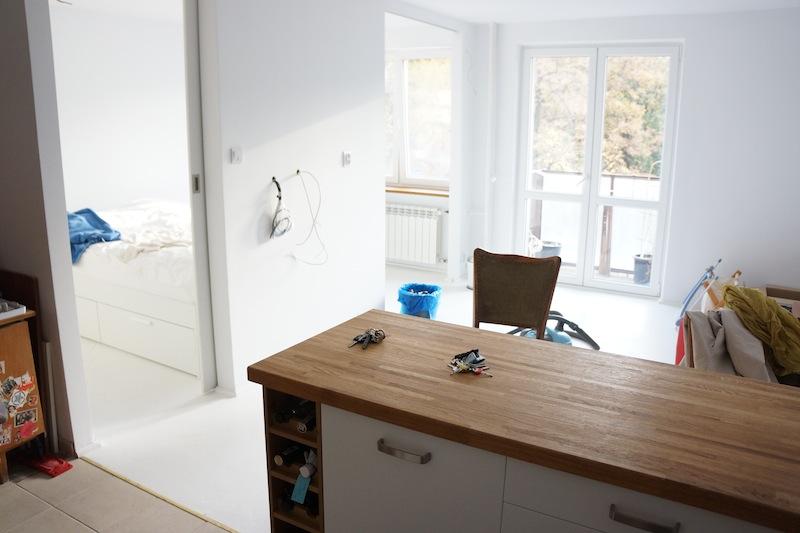 Widok z kuchni na pokój. Na tej środkowej ścianie zawiśnie kiedyś telewizor do grania.