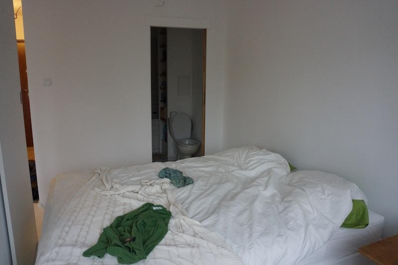 A tu dowód mojego ogromnego błędu w projektowaniu mieszkania. Dziś zrobiłabym wejście do łazienki od przedpokoju a nie tak tuż obok sypialni, bo to trochę niefajne jest jednak.