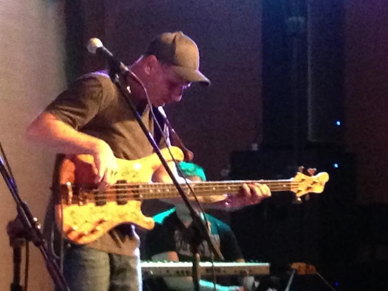 Wojtek Pilichowski, którego mokroczyniące palce robiły nam dobrze na koncercie w ramach Bass Days.