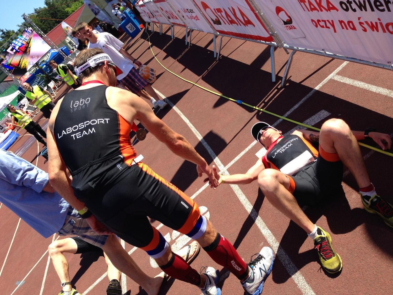 Triathloniści po przekroczeniu linii mety