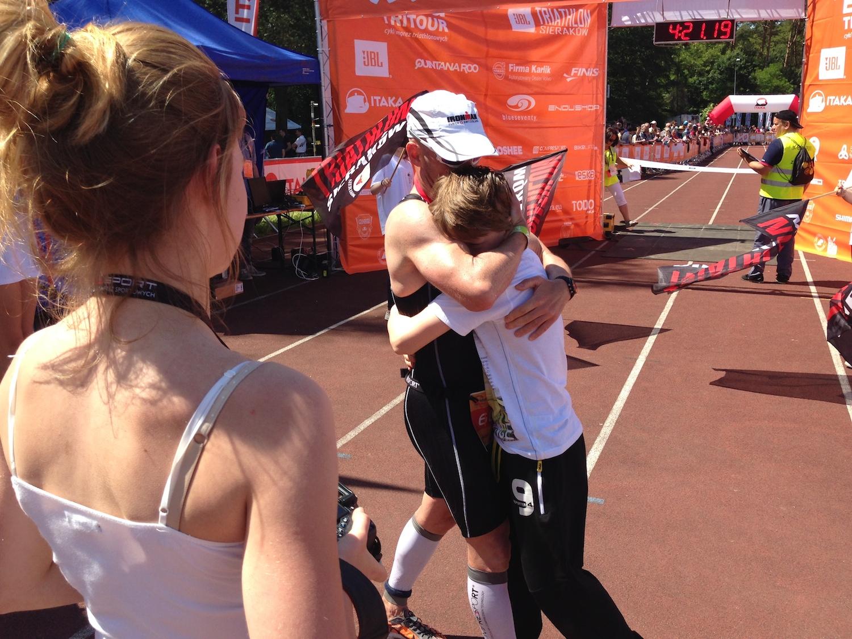 Boguś tuż po ukończeniu triathlonu, ściska się z synem i pozuje do zdjęcia córce.