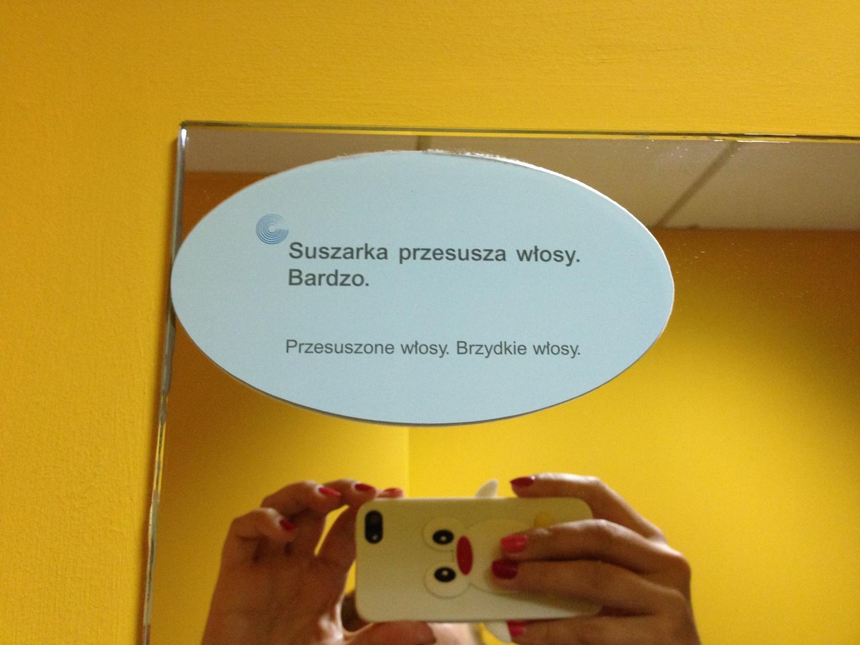 A tu takie haiku na basenowym lustrze. Nie wiem, o co chodzi. Chcą prąd oszczędzać i namawiają ludzi, żeby nie korzystali z suszarek czy jak...?